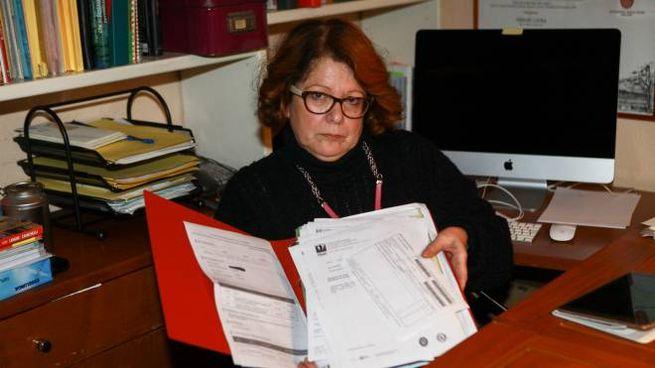 Laura Ferrari mostra le carte che attestano quanto scritto al presidente Mattarella