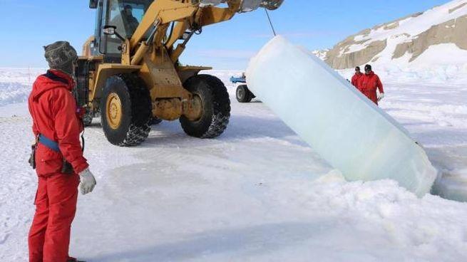 Le Tute rosse della XXXIII Spedizione antartica durante l'estrazione di 'carote' di ghiaccio a grandi profondità nel pack.