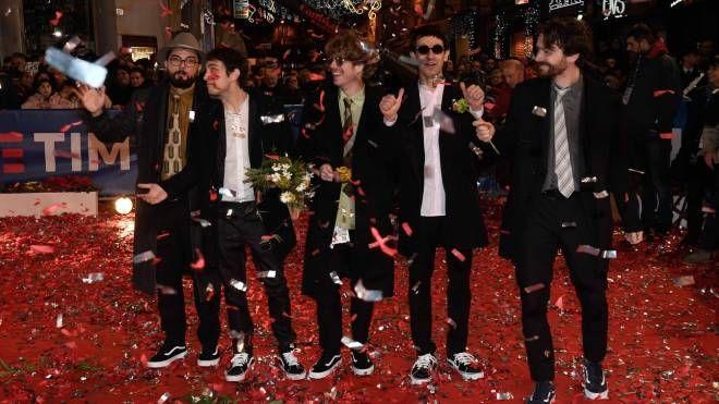 La band 'Lo Stato Sociale' sul red carpet a Sanremo nel 2018 (LaPresse)