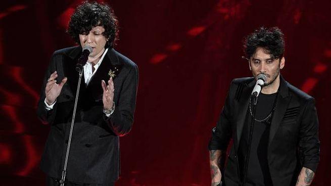 Ermal Meta e Fabrizio Moro si esibiscono nella prima serata di Sanremo 2018 (Lapresse)