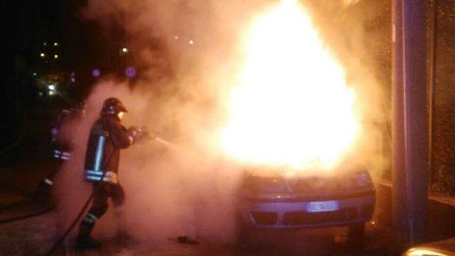 Auto in fiamme (foto archivio)