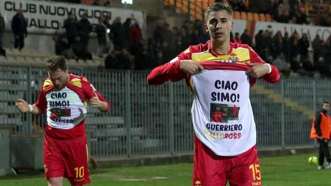La maglia in ricordo dell'ex capitano giallorosso Simone Rispoli (foto Zani)