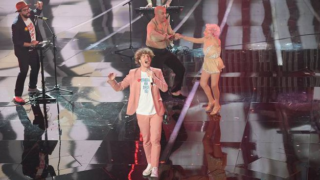 Lo Stato Sociale sul palco a Sanremo nella serata finale (foto LaPresse)