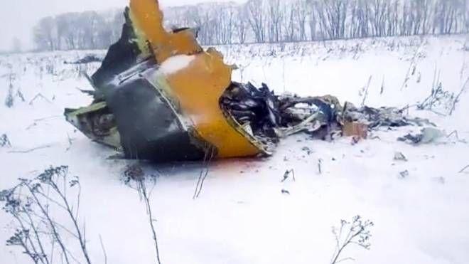 Russia, i resti dell'aereo caduto a Mosca (Ansa)