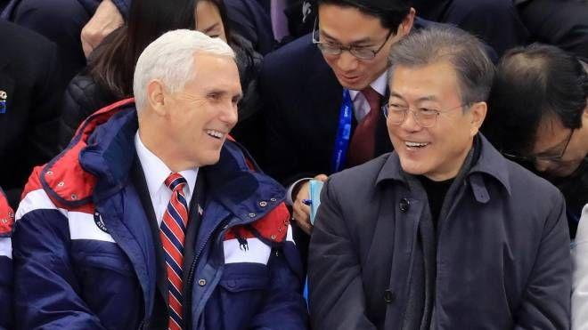Il vice presidente Usa Mike Pence e il presidente Sudcoreano Moon Jae-in (Ansa)