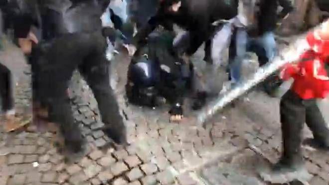 Carabiniere ferito a Piacenza, un momento degli scontri (Ansa)
