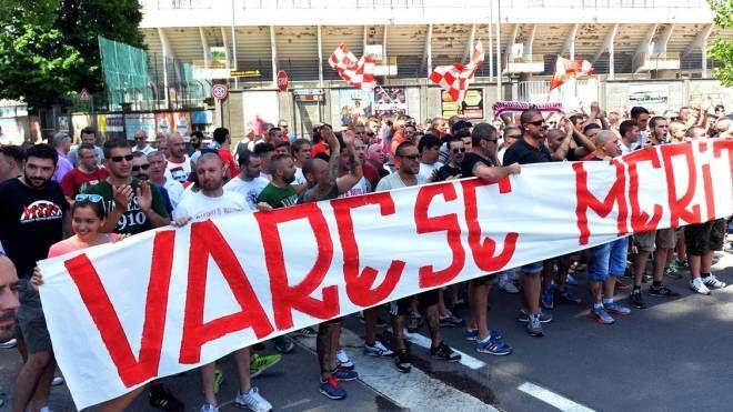 Una delle manifestazioni dei tifosi biancorossi