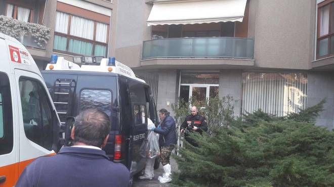 I carabinieri in via Quintino Sella dove un uomo si e' sparato