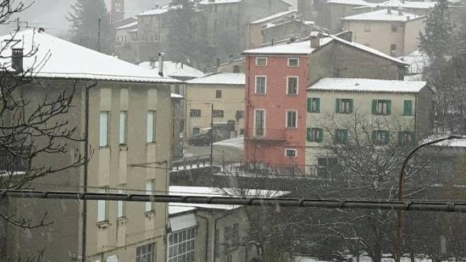 Risveglio con la neve per l'entroterra di Pesaro e Urbino (foto Pisciolini)