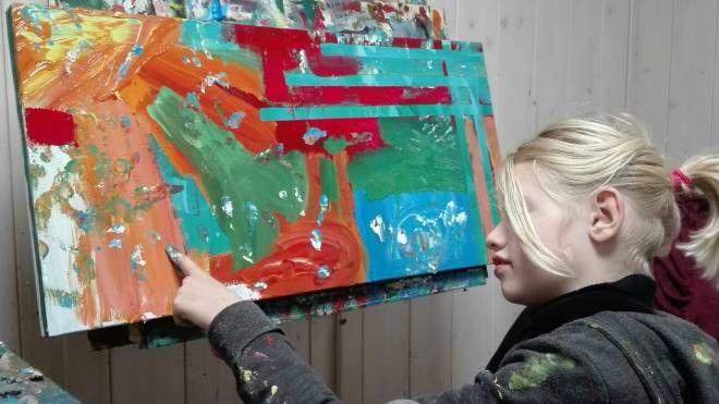 La piccola Clara mentre dipinge