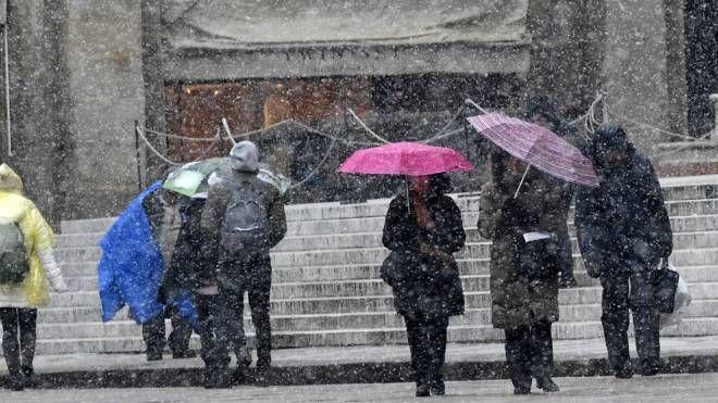 Turisti in piazza Maggiore nonostante il freddo (foto Schicchi)