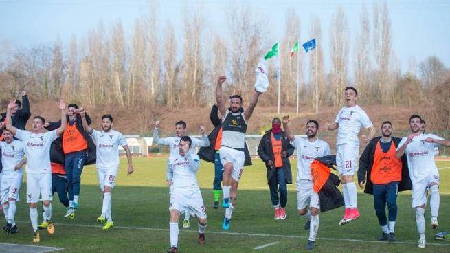La vittoria dei giocatori del Fano (foto Lapresse)