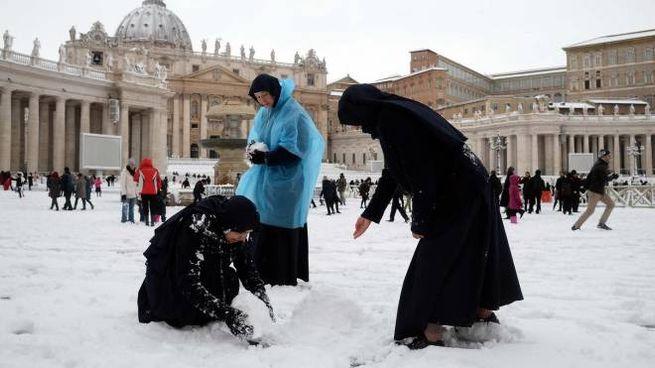 Neve a Roma, pupazzi di neve in piazza San Pietro (Lapresse)