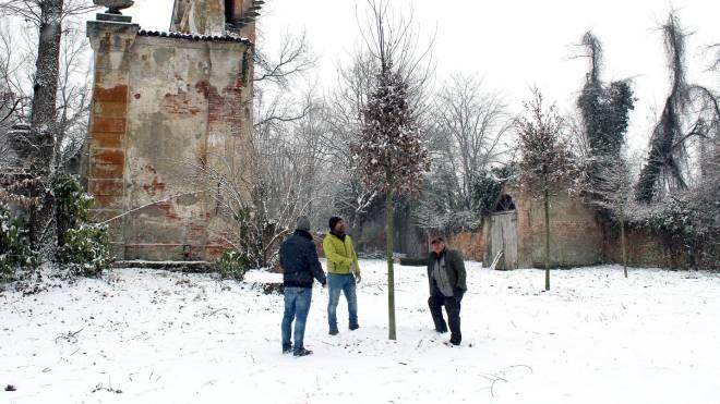 I cittadini  sul luogo  del taglio a Villa Arconati