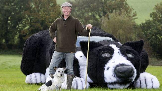 Dave Isaac e la sua auto maxi-cane da pastore (Olycom)
