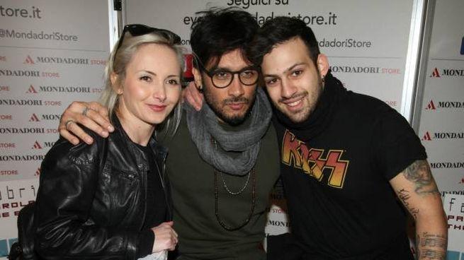 Fabrizio Moro, al centro, con due fan