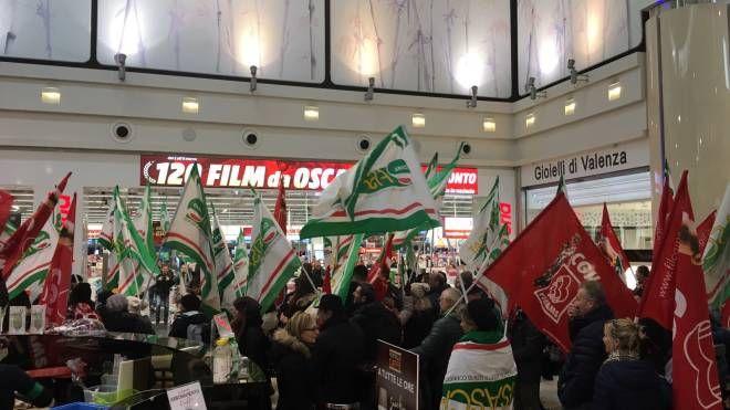 Lavoratori Mediaworld in protesta a Curno