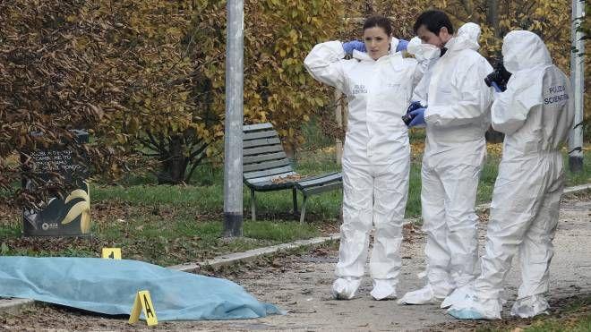 l rilievi al parco di Villa Litta, dove la donna è stata uccisa (Newpress)