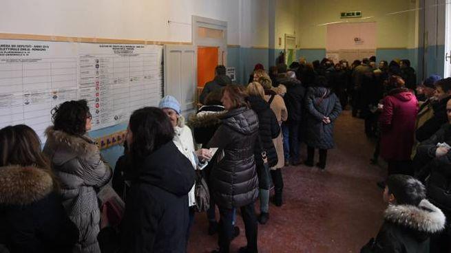 Elezioni 4 marzo, code in un seggio di Bologna (FotoSchicchi)