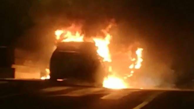 Auto in fiamme a Rozzano