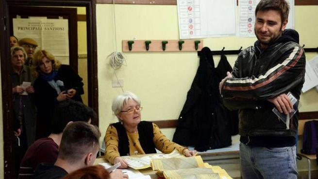 Alessandro Di Battista al seggio elettorale 'giusto' di via Vallombrosa (Lapresse)