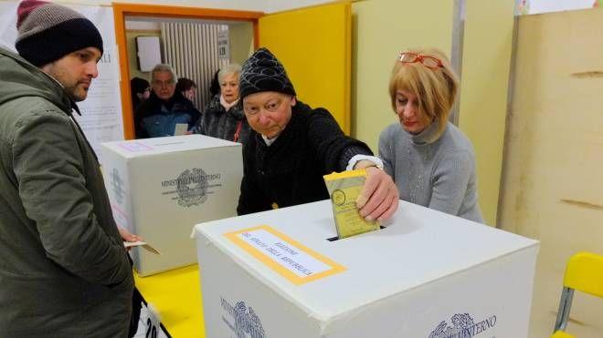 Elezioni 4 marzo, il voto in un seggio di Ravenna (foto Corelli)