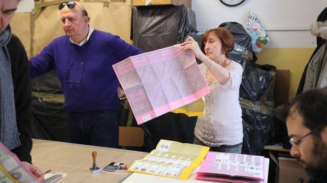 Le operazioni di voto in un seggio di Imola (Isolapress)