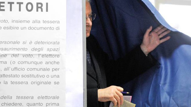 Sergio Mattarella al voto (LaPresse)