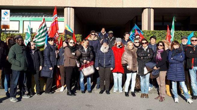 Dipendenti Aerosol fuori dalla sede della Provincia di Lecco (Cardini)