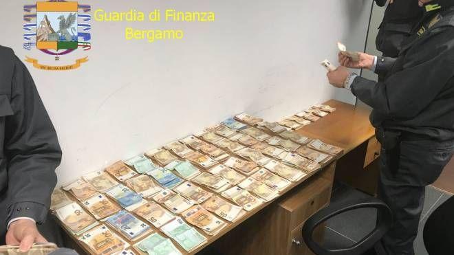 I soldi sequestrati all'aeroporto di Orio al Serio