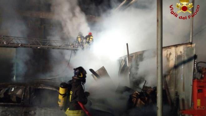 I pompieri durante lo spegnimento dell'incendio