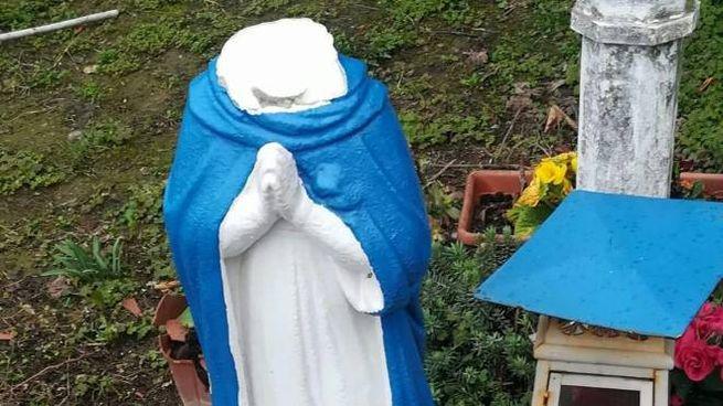 La Madonna decapitata e, a terra, la testa rinvenuta ad un centinaio di metri