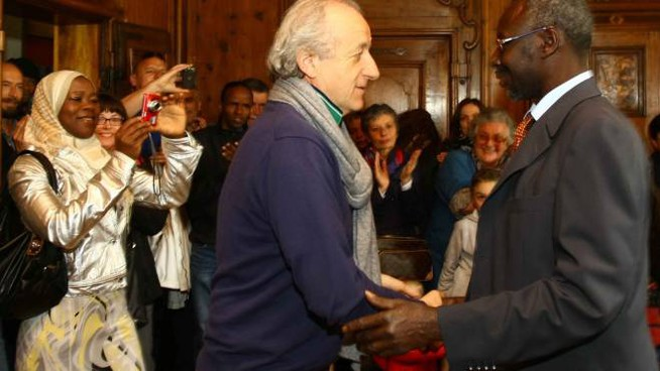 Il sindaco Alcide Molteni stringe la mano ad Adama Lo attorniato dai parenti