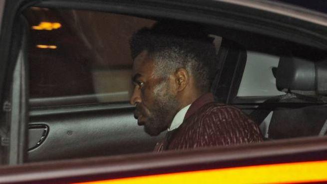 Innocent Oseghale nell'auto dei carabinieri (Calavita)