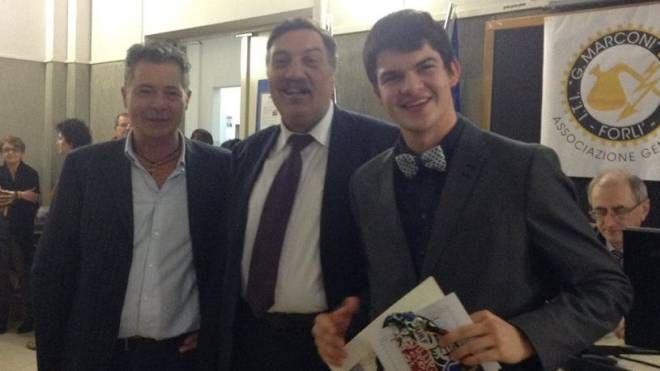Raffaele Dotti (primo da destra) alla premiazione come miglior studente dell'Itis di Forlì