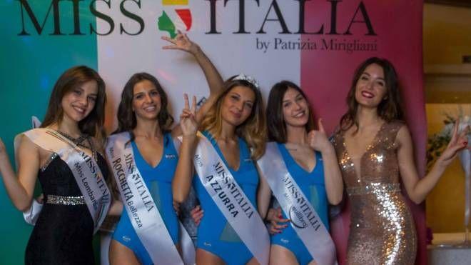 Le prime tre classificate con le due madrine della serata Miss ITalia