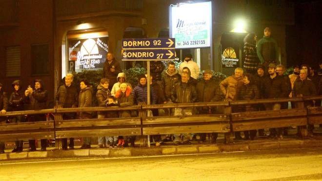 Folla in strada per vedere il passaggio del trasporto eccezionale