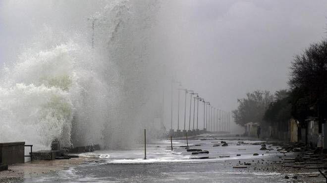 Maltempo, una violenta mareggiata al Sud (Ansa)