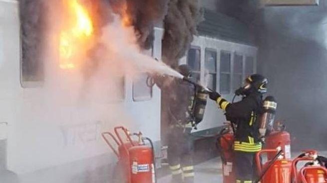 Vigili del fuoco spengono incendio in un treno