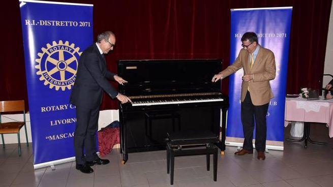 """Il nuovo pianoforte della """"Guido Monaco"""" consegnato dai Rotary livornesi"""