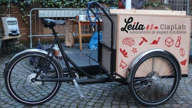 La cargo-bike pronta a partire con un carico di giochi e sapere