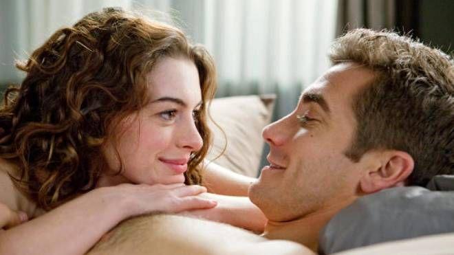Anne Hathaway e Jake Gyllenhaal in una scena del film 'Amore & altri rimedi'