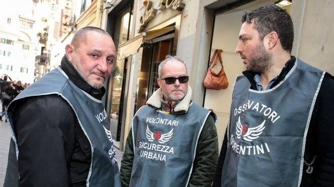Tre delle guardie  che pattuglieranno via dei Neri (foto New Pressphoto)
