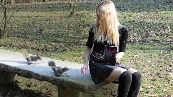 Regina Rocca con gli scoiattoili al parco Castello (Studio Sally)