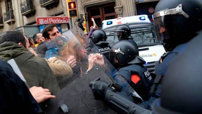 Scontri a Barcellona al corteo contro l'arresto di Puigdemont (Afp)