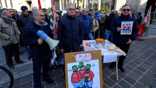 Il picchetto dei lavoratori Bames-Sem davanti al Tribunale di Monza