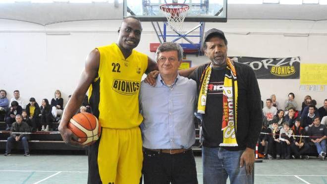 Charlie Yelverton (a destra)  con Joao Kisonga. Al centro il presidente Angelo Gottani