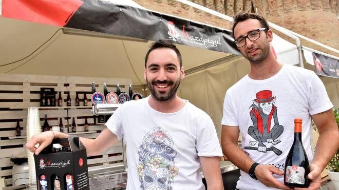 Mattia Cecchini e Daniel Caggianese, due dei quattro soci del Mazapégul, con alcune loro produzioni