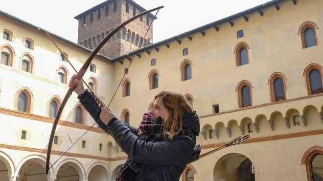 Un arciere che accompagna fino alle Merlate del Castello (Newpress)