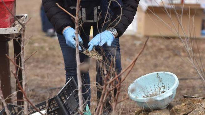 Gli investigatori stanno scavando a mano (foto De Marco)